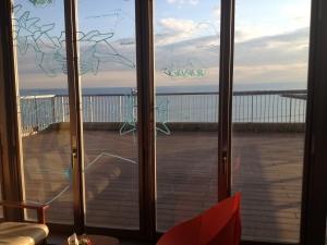 カフェの窓際より見た海