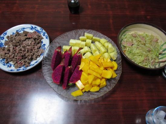 石垣牛とパパイヤ、南国フルーツの食卓