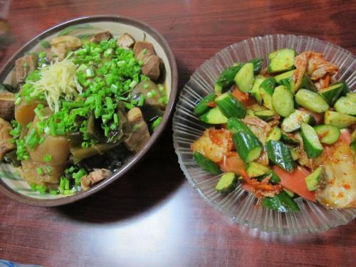 ちくわと豚バラと大根の煮物、きゅうりとトマトのキムチ和え