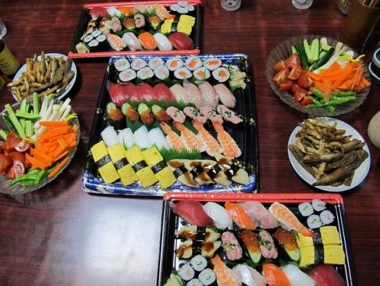 寿司、スティックサラダ、揚げ小魚