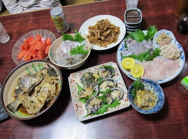 アワビとカワハギの刺身のある食卓