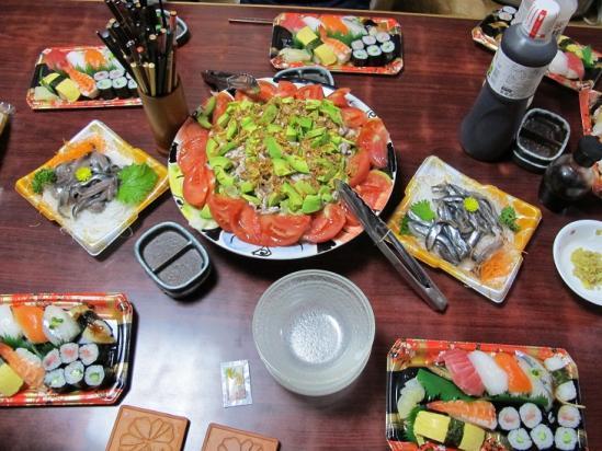 寿司とサラダとカタクチイワシの刺身