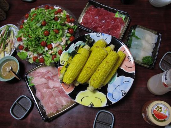 刺身とサラダとトウモロコシ