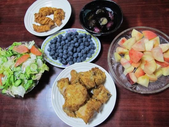 桃とブルーベリーのある食卓