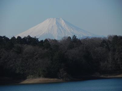 多摩湖畔から見た富士山