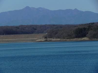 多摩湖畔から見た奥多摩大岳山