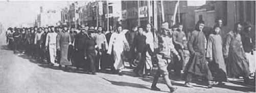支那兵捕虜の護送 僅かな日本兵