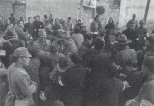 安全区で南京市民に食糧を配布
