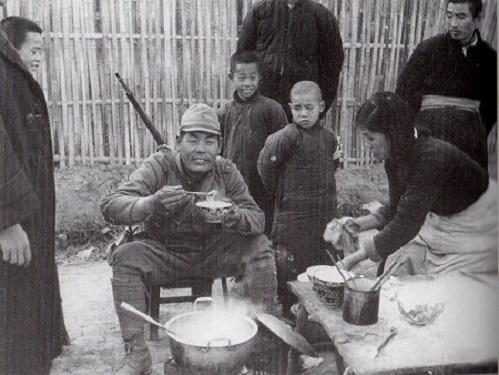 食事する日本兵