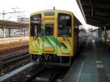 JR岩国駅に停車する錦川鉄道NT3004きらめき号