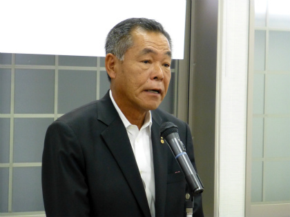 閉会の辞を述べる石橋県会副議長