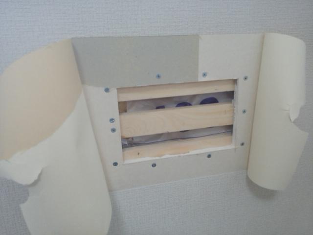 クロスの壁の穴補修8