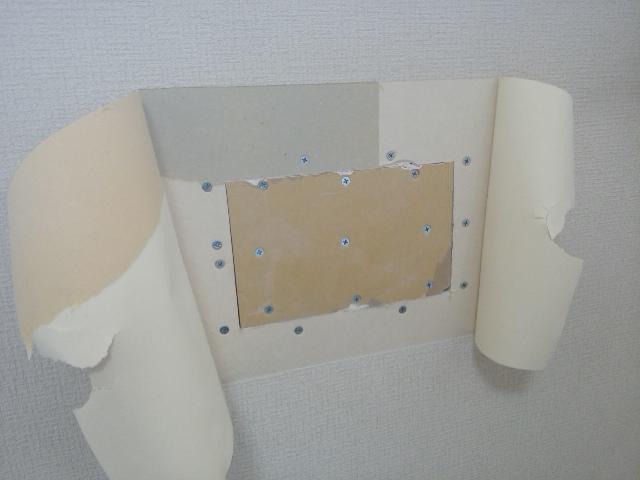 クロスの壁の穴補修10