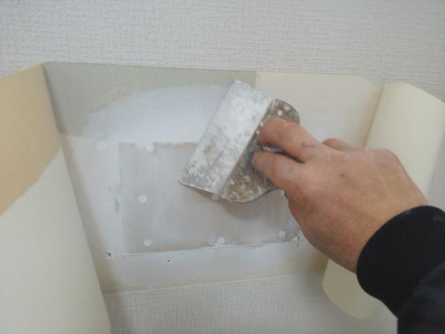クロスの壁の穴補修11