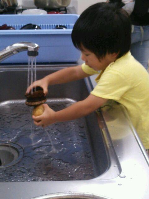 ジャガイモを洗う