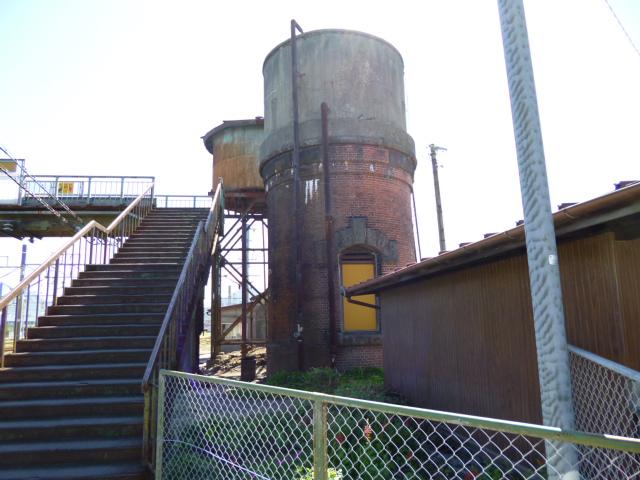 前がレンガ造り,後ろも古そうな給水塔です