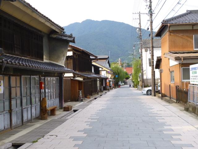 向こうに見えるのが太郎山
