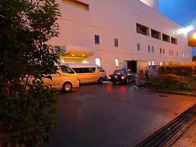 タクシーには中川社長,1台目のバンにはキャリーキッズ,で2台目のバンにきゃりーちゃん