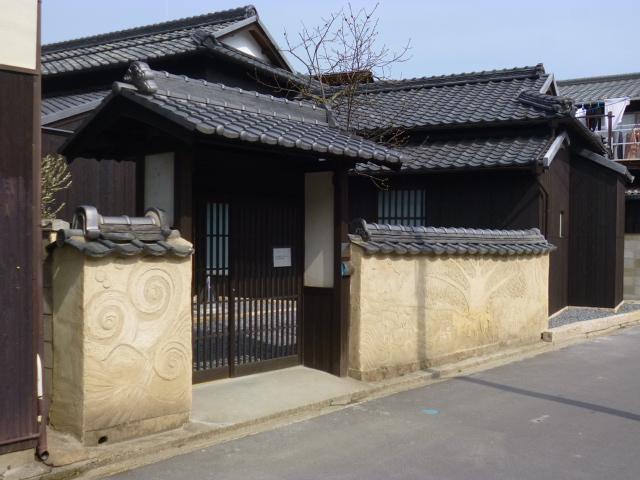 外観は100年レベルの古民家ですが中は安藤建築です 土塀の壁画?にも注目です