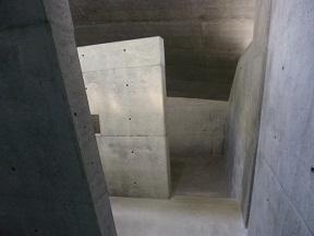 この奥にある階段を降りると地下室が