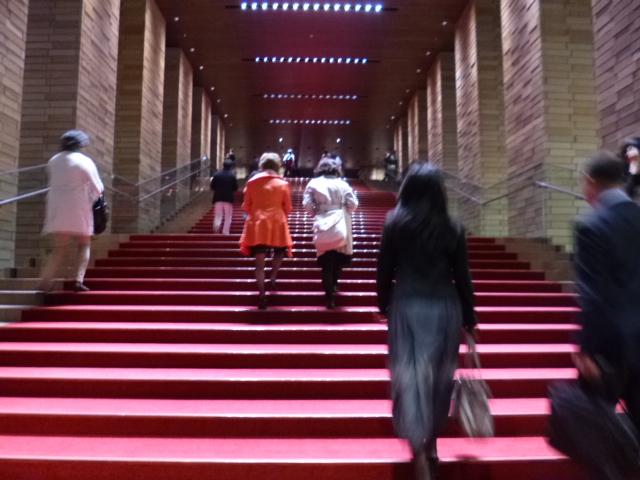 エントランスから最初に見えるのがこの赤い階段 ここを登って会場に入ります