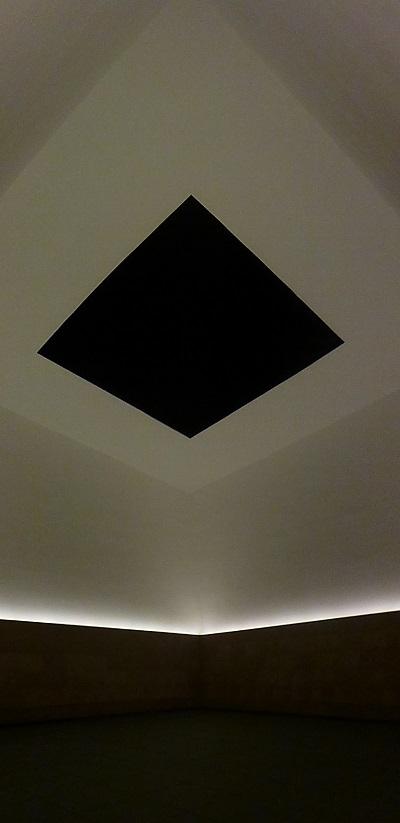 タレルの部屋からは濃紺の空が見えています