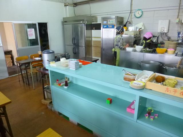 明るい水色を基調としたキッチン