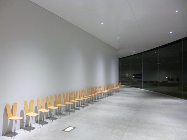 この建物の設計も,ベンチのデザインもSANAAによるものです