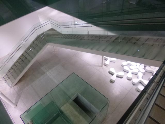 地下へ続く美しい階段 見えている三翼ソファもSANAAのデザインです