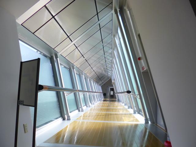 これがその渡り廊下 体が傾いているかのような錯覚に