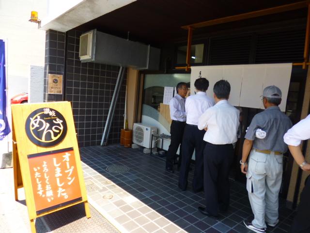 お昼には行列が長々と伸びてます 香川にめんさが出来るのを心待ちにしてたんでしょう