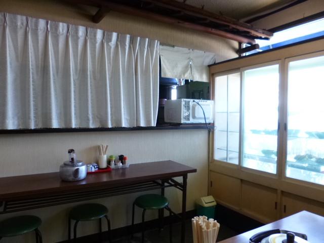この出窓のおかず棚こそが食堂の証です