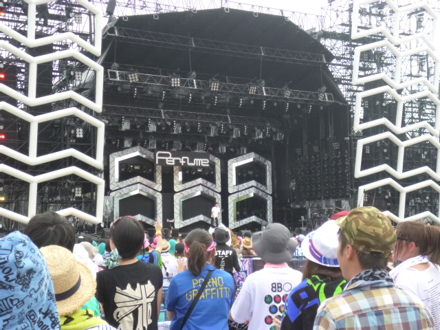 Perfumeの歌うセンターステージです