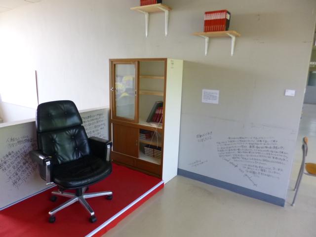 校長室を子供たちに開放したので,自分は廊下で仕事です
