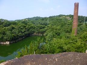 採石所跡に水がたまっておおきな池になってます