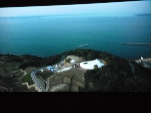 豊島美術館の空撮です