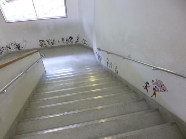 玄関から廊下を通って