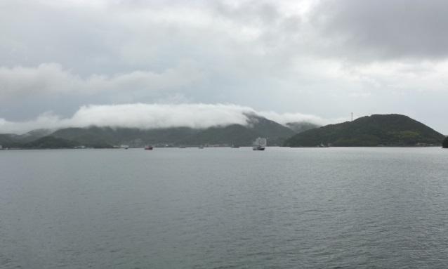 雲の塊が山を乗り越えようとしています