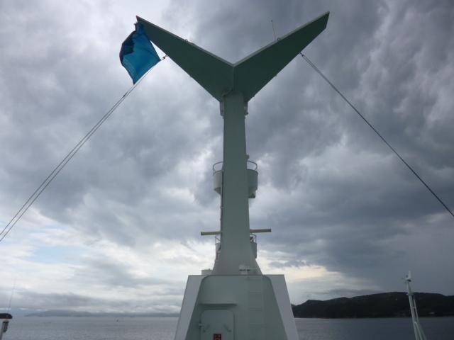 青い旗は夏会期のシンボルカラー