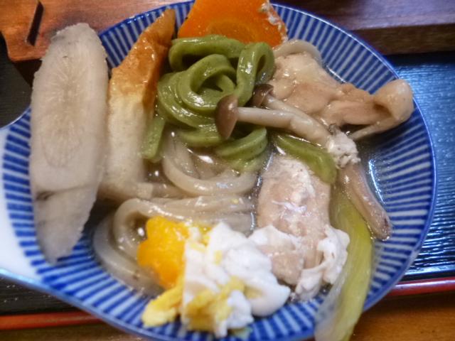 これに大きなサトイモが入って,この日の大島家鍋焼きうどんラインナップでした
