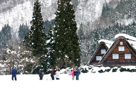 世界文化遺産として多くの観光客が訪れている白川郷・合掌造り集落の冬の風景 ②
