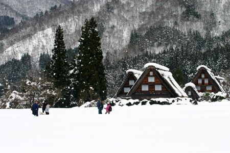 世界文化遺産として多くの観光客が訪れている白川郷・合掌造り集落の冬の風景 ③