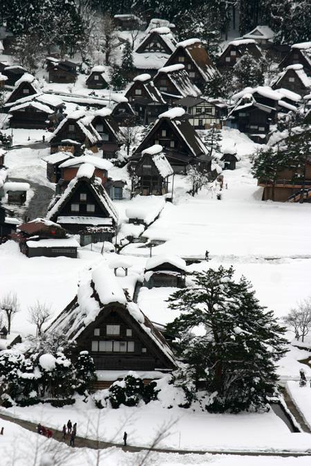 世界文化遺産として多くの観光客が訪れている白川郷・合掌造り集落の冬の風景 ④