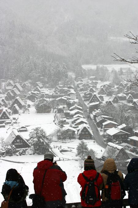 雪をかぶった絶景の冬の白川郷~水墨画のような日本の原風景をのんびり散策 !②