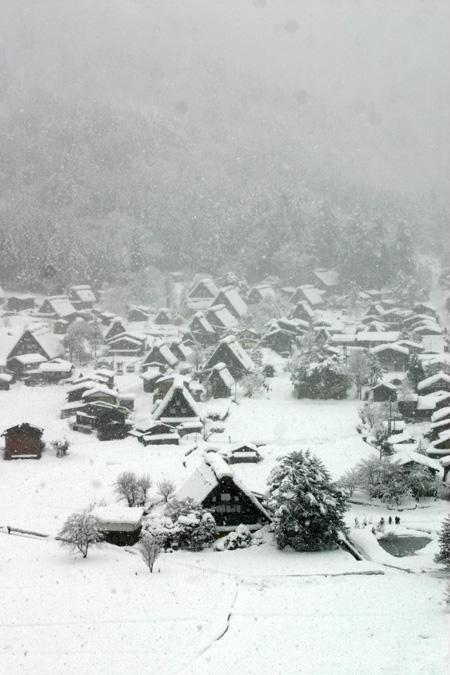 見渡す限りの白銀~世界遺産 白川郷~昔の風情そのままののんびりとした風景が、今は真っ白な雪に覆われています ④