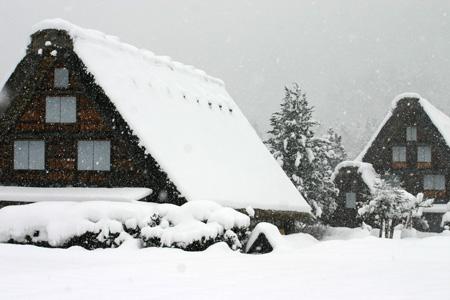 見渡す限りの白銀~世界遺産 白川郷~昔の風情そのままののんびりとした風景が、今は真っ白な雪に覆われています ⑤
