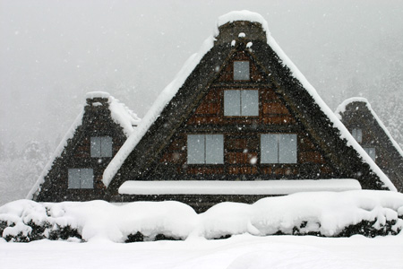 見渡す限りの白銀~世界遺産 白川郷~昔の風情そのままののんびりとした風景が、今は真っ白な雪に覆われています ⑥