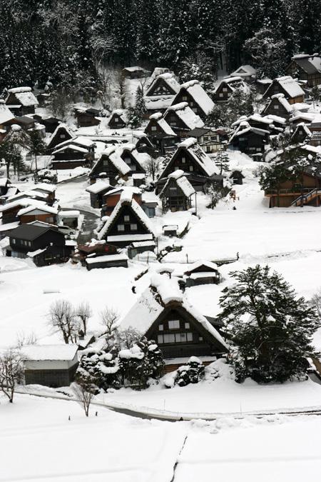 1月18日土曜日に白川郷ライトアップ開催!(白川村ライブカメラが見られない為、茅葺き屋根に雪が積もっている情報が知りたいと思いますので。。)今日の世界遺産白川郷荻町合掌集落の風景です。 ②