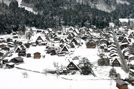 1月18日土曜日に白川郷ライトアップ開催!(白川村ライブカメラが見られない為、茅葺き屋根に雪が積もっている情報が知りたいと思いますので。。)今日の世界遺産白川郷荻町合掌集落の風景です。 ③