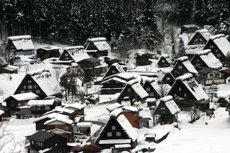 1月18日土曜日に白川郷ライトアップ開催!(白川村ライブカメラが見られない為、茅葺き屋根に雪が積もっている情報が知りたいと思いますので。。)今日の世界遺産白川郷荻町合掌集落の風景です。 ⑤